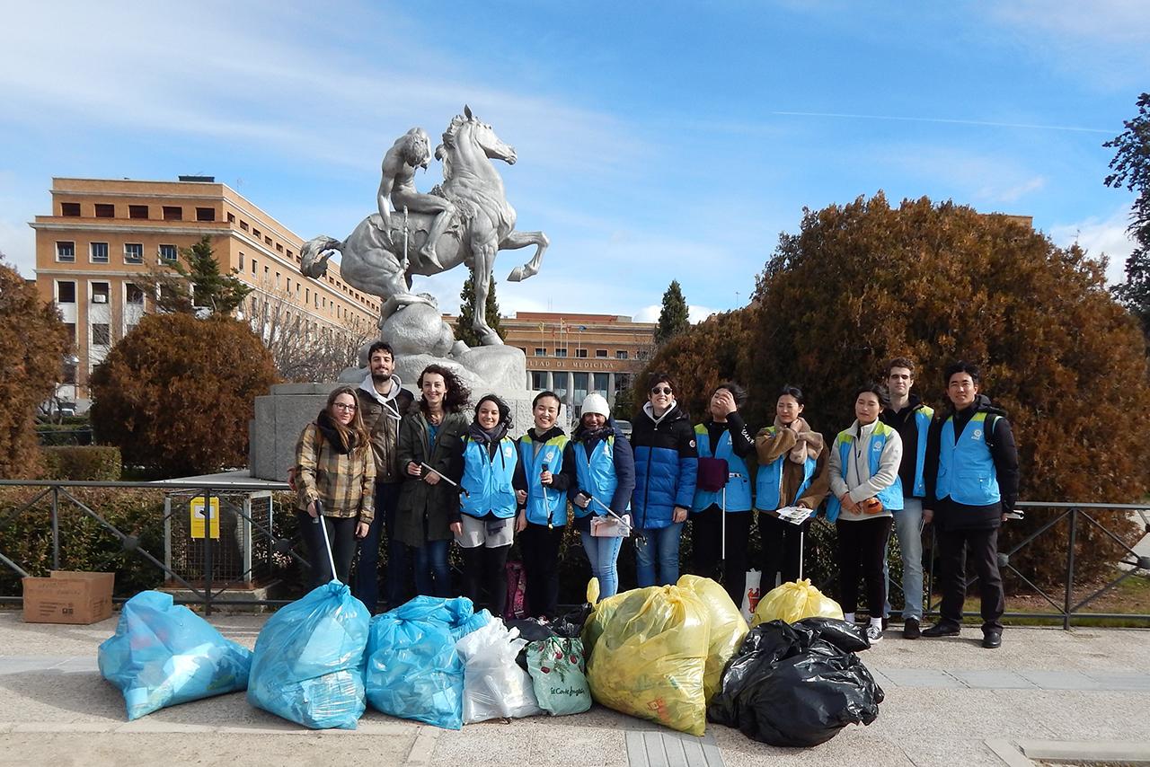 participantes de 4R Campus joven en la recogida de basura en la Universidad Complutense