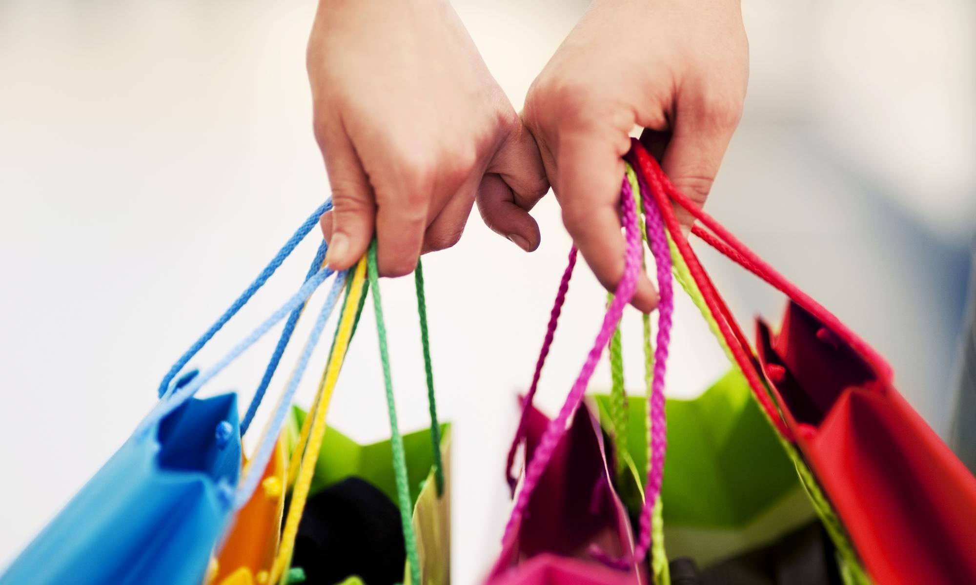 imagen de manos sujetando bolsas de compras