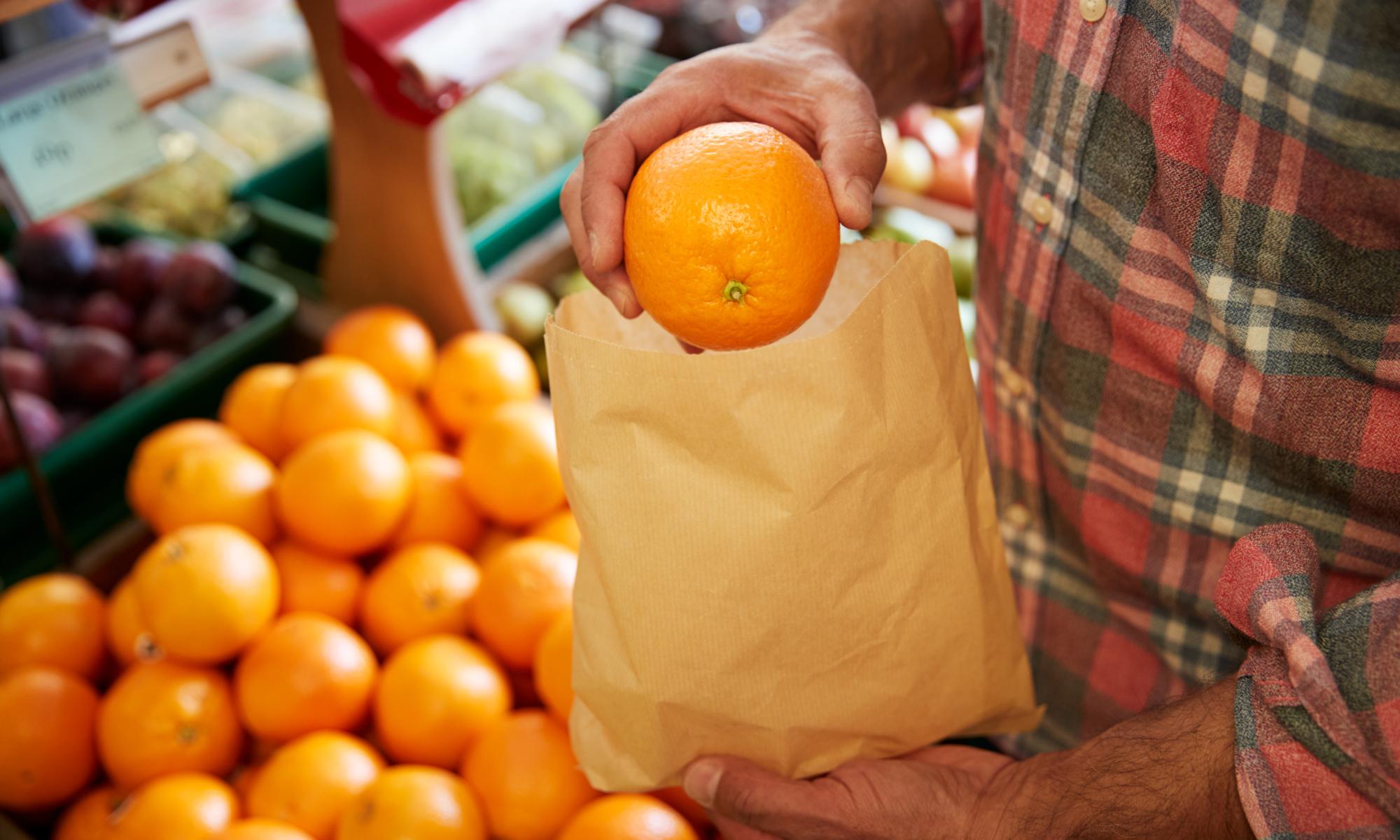 fruta en bolsa de papel